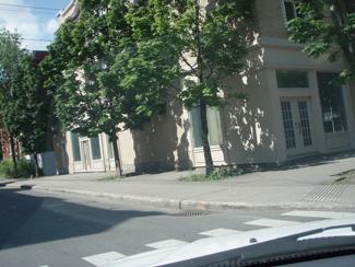 et maintenant au coin de Lajoie et Durocher ... de la belle asphalte