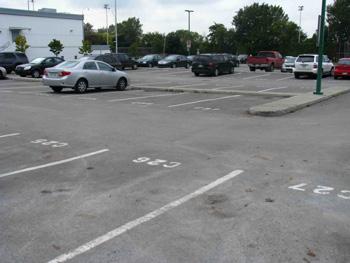 Le stationnement entièrement asphalté de notre Centre communautaire : un bel ilôt de chaleur