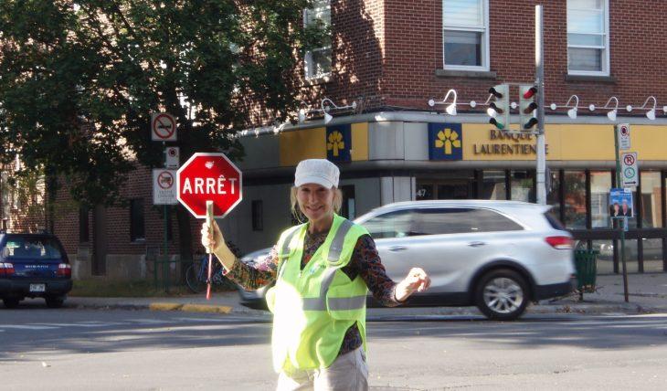 Une brigadière intersection Van Horne:Stuart